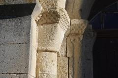 Eglise Notre-Dame de l'Assomption - Français:   L\'église romane de Bourg-du-Bost, Dordogne, France. Détail d\'une colonne du portail.