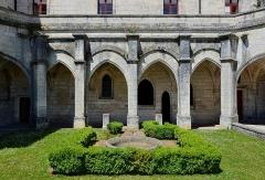 Ancienne abbaye - Français:   Cour et galerie de l\'ancien cloître de l\'abbaye de Brantôme, Dordogne, France.