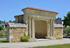 Ancienne abbaye - Français:   Reposoir du XVIe siècle, récemment rénové, \