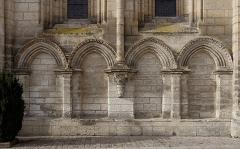 Ancienne abbaye - Français:   Arcature aveugle, colonne et chapiteau extérieurs de l\'église abbatiale Saint-Pierre et Saint-Sicaire, Brantôme, Dordogne, France.