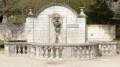 Ancienne abbaye - Français:   Fontaine Médicis, ornée d\'un buste de Pierre de Bourdeille, dans le jardin abbatial de l\'abbaye Saint-Pierre de Brantôme.