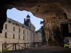 Ancienne abbaye - Français:   L\'ancienne abbaye Saint-Pierre à Brantôme, adossée à la falaise, cache un trésor troglodyte, site du monastère originel des premiers moines dont on peut encore voir les lits en pierre.