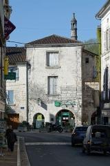 Immeuble - Français:   Cheminée d\'un immeuble place Saint-Pierre, à l\'angle des rues Gambetta et Victor-Hugo à Brantôme (Dordogne, France).