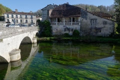 Maison voisine du pont - Français:   Maison à galerie et pont sur la Dronne à Brantôme (Dordogne, France).