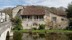 Maison voisine du pont - Français:   Maison à galerie située près du pont à Brantôme.