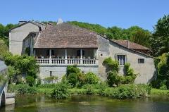 Maison voisine du pont - Français:   Maison à galerie du XVIIIe siècle, Brantôme, Dordogne, France.