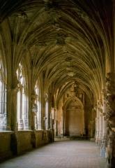 Eglise Saint-Barthélémy de Salles -  Row of the cloister in the Abbey of Cadouin, avant la dernière campagne de restauration.