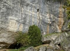Gisement de Laugerie-Basse - Français:   Dans la falaise, le gisement préhistorique (époque magdalénienne, 15.000BP, en bas) et le \