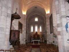 Eglise Saint-Pierre-et-Saint-Paul - La nef et le chœur de l'église Saint-Pierre et Saint-Paul de Grand-Brassac, Dordogne, France.