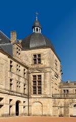 Château - Français:   Une tour, château de Hautefort, Dordogne.