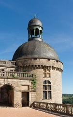Château - Français:   Tour de la chapelle, entrée du four et du bûcher, Château de Hautefort, Dordogne.