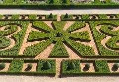 Château - Une partie des jardins du Château de Hautefort, Dordogne.