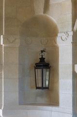 Château - Une lanterne dans une niche, Château de Hautefort, Dordogne.