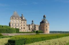 Château - Français:   Le Château de Hautefort, en Dordogne. Pont-levis, entrée.
