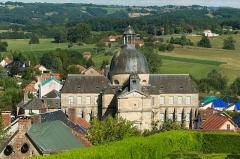 Ancien hôpital - Français:   L\'Hôpital de Hautefort, vu des jardins du Château, Dordogne. Les toits environnants sont recouverts de bâches suite aux destructions causées la veille par un violent orage de grêle.