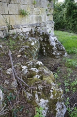 Ruines de l'ancienne chapelle de Fontroubade, appelée église Notre-Dame puis Sainte-Radegonde - Français:   Ruines de l\'ancienne chapelle du lieu-dit Fontroubade, commune de Lussas et Nontronneau, Dordogne, France. Extérieur côté est.