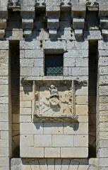 Château de Mareuil - Français:   Mur surplombant le pont-levis et armoiries martelées, château (XIVe et XVe siècles) de Mareuil, Dordogne, France.
