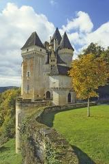 Château de la Roque - Français:   Les chateaux et manoirs du Perigord, le chateau de La Roque en Perigord noir, ici vue d'ensemble N.E. en automne, le chateau est bati a mi coteau au-dessus d'un vallon au N.E. de Saint-Cyprien, juchee a l'extremite d'une etroite terrasse la construction s'est developpee en hauteur ce qui lui confere sa silhouette massive et imposante, les Beaumont-Beynac vendirent le chateau en 1948, il a depuis lors connu divers proprietaires et fut du XVIIIe siecle jusqu'a nos jours incessamment remanie, embelli, modernise et amenage en residence confortable, on a heureusement preserve le remarquable ensemble de fresques decorant l'oratoire, edifice protege au titre des monuments historiques, photo prise apres avoir obtenu l'autorisation du proprietaire, commune de Meyrals, Dordogne, France, Europe.
