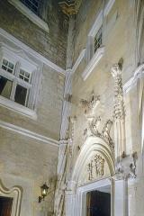 Château de la Roque - Français:   Les chateaux et manoirs du Perigord, le chateau de La Roque en Perigord noir, detail de la minuscule cour interieure eclairee de nuit par trois projecteurs de 1000 W, triangulaire et autrefois a ciel ouvert elle a ete couverte par une verriere la transformant en une veritable salle a vivre, ici a l'O. de cette cour subsiste ce beau portail Renaissance donnant acces a l'escalier en vis qui dessert les etages, la encore, comme a l'exterieur, il semble difficile de dechiffrer ce qui est veritablement ancien tant l'ensemble a ete restaure et modernise, les Beaumont-Beynac vendirent le chateau en 1948, il a depuis lors connu divers proprietaires et fut du XVIIIe siecle jusqu'a nos jours incessamment remanie, embelli, modernise et amenage en residence confortable, on a heureusement preserve le remarquable ensemble de fresques decorant l'oratoire, edifice protege au titre des monuments historiques, photo prise apres avoir obtenu l'autorisation du proprietaire, commune de Meyrals, Dordogne, France, Europe.