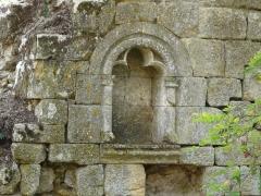 Ruines du château-fort - Français:   Une niche dans l\'angle nord-est du château fort de Molières, Dordogne, France.