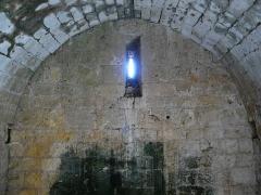 Ruines du château-fort - Français:   L\'intérieur du donjon du château fort de Molières, Dordogne, France.