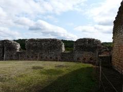 Ruines du château-fort - Français:   Les vestiges de l\'enceinte orientale du château fort de Molières, Dordogne, France.