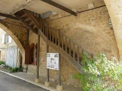 Maison à arcades du 14e siècle - Français:   L\'escalier sous porche de la maison du Bayle, Molières, Dordogne, France.