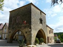 Maison à arcades du 14e siècle - Français:   L\'angle sud-ouest de la maison du Bayle, Molières, Dordogne, France.