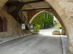 Maison à arcades du 14e siècle - Français:   Le porche de la maison du Bayle, Molières, Dordogne, France.