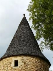 Château de Coulonges - Français:   Le toit en lauzes de la tour sud du château de Coulonges, Montignac, Dordogne, France.