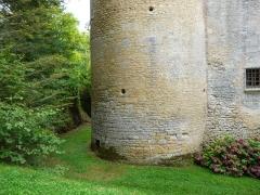 Château de Coulonges - Français:   La base de la tour orientale du château de Coulonges, Montignac, Dordogne, France.