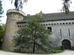Château de Coulonges - Français:   Le côté nord-est du château de Coulonges, Montignac, Dordogne, France.