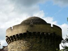 Château de Coulonges - Français:   Le sommet de la tour orientale du château de Coulonges, Montignac, Dordogne, France. On aperçoit une couverture en lauzes en forme de dôme.