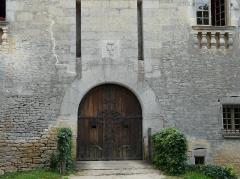 Château de Coulonges - Français:   Portail à l\'emplacement de l\'ancien pont-levis du château de Coulonges, Montignac, Dordogne, France.