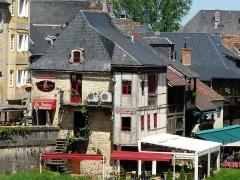 Maison - Français:   Les maisons anciennes du quai Merilhou, Montignac, Dordogne, France.