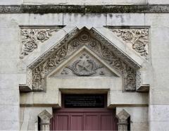 Ancienne loge maçonnique - Français:   Dessus de porte de la loge du Grand-Orient de France, Périgueux, Dordogne, France.