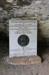 Grotte du Cro de Granville ornée de peintures et de gravures pariétales - Français:   Stèle à l\'entrée de la grotte de Rouffignac.