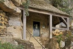 Grotte ornée de gravures prehistoriques, dite aussi Grotte du Sorcier - Français:   L\'entrée de la grotte ornée de Saint-Cirq, en Dordogne, dite \