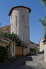 Eglise Saint-Pierre et Saint-Paul - Français:   Clocher de l\'église Saint-Pierre et Saint-Paul (XIIe et XVIIe siècles), Saint-Paul-Lizonne, Dordogne , France.
