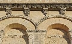 Eglise Saint-Privat - Français:   Arcature aveugle, chapiteaux, frises et modillons, façade de l\'église de Saint-Privat-des-Prés, Dordogne, France.