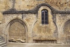 Chapelle des Pénitents Bleus ou chapelle Saint-Benoît - Français:   contre la cathédrale, Cour du Cloître, un mur de la chapelle Saint-Benoît (dite des Pénitents-Bleus), XIIème, XVIème siècles. Sarlat, Dordogne.