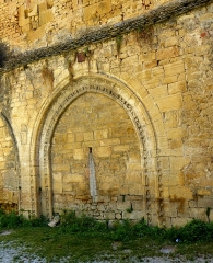 Chapelle des Pénitents Bleus ou chapelle Saint-Benoît - English:   Sarlat-la-Canéda ( Dordogne ). Chapelle des Pénitents bleus ou chapelle Saint-Benoît - Arcade ( 12th century ).
