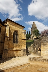 Cimetière Saint-Benoît, enfeux et chapelle sépulcrale -  La lanterne des morts de Sarlat depuis le cimetière Saint-Benoit avec vue partielle de l'ancienne cathédrale Saint-Sacerdos.