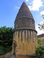 Cimetière Saint-Benoît, enfeux et chapelle sépulcrale - Français:   Lanterne des morts dans le cimetière Saint-Benoit