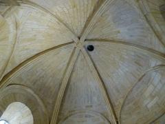 Cimetière Saint-Benoît, enfeux et chapelle sépulcrale - English: Sarlat-la -Canéda ( Dordogne ). Lanterne of the dead - Interior. Gothic vaults.