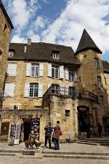Immeuble -  Vue de la place du Marché-aux-Oies et du manoir de Gisson à Sarlat.