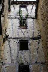 Maison - Français:   Cour intérieure de la maison du XVIIe siècle, 12 rue des Consuls à Sarlat-la-Canéda.