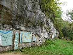 Abri sous roche (abri Reverdit) - Français:   L\'abri Reverdit, site préhistorique sur la commune de Sergeac, dans le vallon de Castel Merle, Dordogne, France.