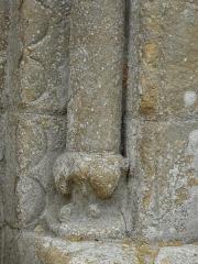 Eglise Saint-Pantaléon - Français:   Pied de la colonne à droite du portail de l\'église Saint-Pantaléon de Sergeac, Dordogne, France.