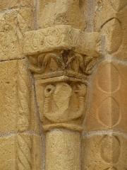 Eglise Saint-Pantaléon - Chapiteau de la colonne à gauche du portail de l'église Saint-Pantaléon de Sergeac, Dordogne, France.